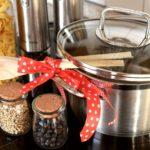 Doplňky do kuchyně pro snadný přístup k věcem i efektivní vzhled
